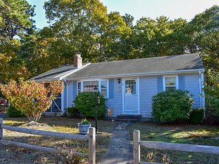 Lovely ranch home with screened in porch. 8/10 mile to Haigis Beach in Dennis