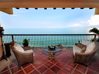 Beach front luxurios condo, white sandy beach just steps away.Amazing views!!