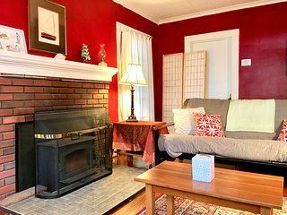 Charming 3-BR Cape-cod House Walks to Colleges  ❤️ Downtown ❤️ River