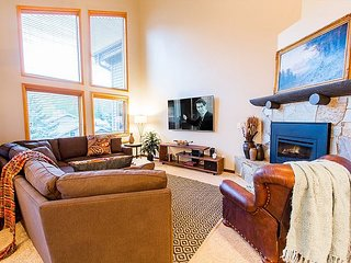 3 Bed/3 Bath Lower Deer Valley Townhome near Free Shuttle to Slopes-Hot Tub