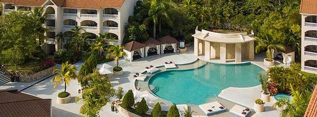 Presidential Suites ha molti vantaggi tra cui questa bellissima piscina con cascata e vasca idromassaggio!