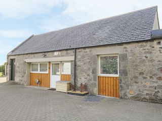 MUIRYHALL STEADING, open-plan, Hot tub, WiFi, near Elgin