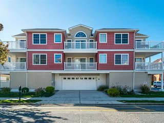 1 Block from Beach 3BR/2BA Large Condo w/Pool