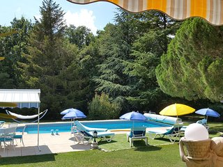 Vue partielle de la terrasse vers la piscine, et son écrin de verdure