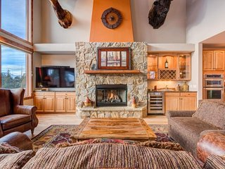 NEW LISTING! Gorgeous retreat w/fireplace, private hot tub & mountain views