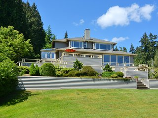 3 BR Bainbridge Island Garden Setting, Private Heated Pool, Mt. Rainier View