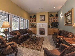 Single-level River-View Retreat with Hot-Tub Near the Deschutes in Sunriver!