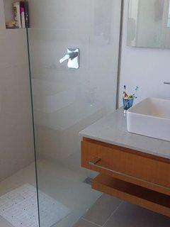3 baños. Cada uno con division de vidrio, ducha y lavamanos.