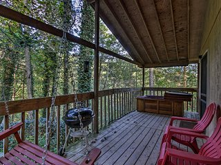 Cabin Mins to Smoky Mtns w/Jacuzzi, Hot Tub & Deck