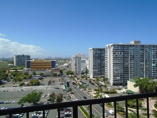 tlSpacious, luxurious 4BR duplex penthouse one block to beach