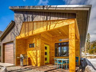 Contempo Cabin 1 Block from Historic Town Center