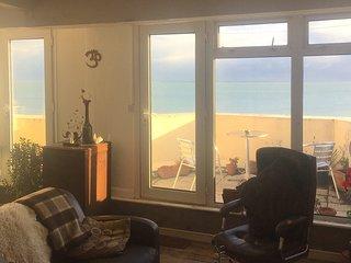 Seafront balcony, beautiful relaxing spacious flat