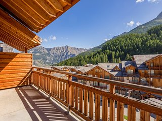 Spacious + Sunny Duplex Apartment | Ski + Hike out your Door!