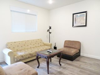 2 Bed/2 Bath w/ Large Dining Table & Fully Equipped Kitchen (F20)