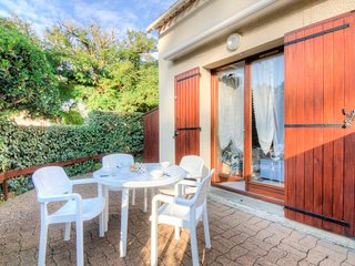 2 bedroom Villa with WiFi and Walk to Beach & Shops - 5802149