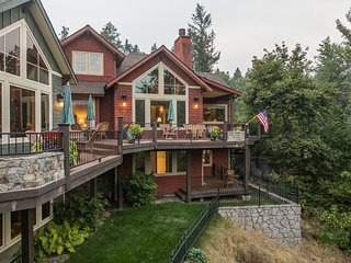 NEW LISTING! Spacious riverfront townhome w/hot tub, outdoor fire -close to lake