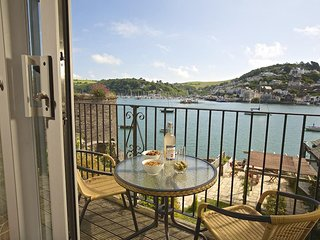 FERRY VIEW, apartment in 16th century building, short walk to centre of town, ba