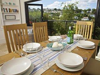 STARFISH COTTAGE, River views, balcony, garden, underfloor heating