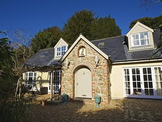 THE CHOTA HOUSE, en suite bedrooms, countryside views, terrace, central Salcombe
