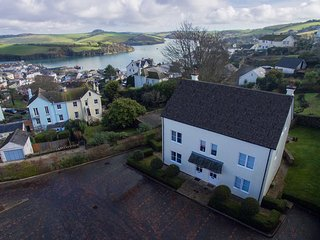 2 COMBEHAVEN, pet-friendly, near central Salcombe, garden, balcony
