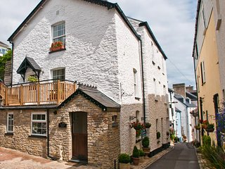 COURTYARD HOUSE, lovely stone cottage, near to central Dartmouth, en suite bedro