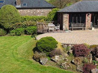 GREAT TORR BARN, private pool, large gardens, counrsyide setting, beach nearby