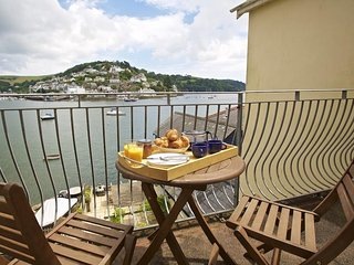 HARBOURSIDE, river/sea views, en suite bedrooms, sun terrace, balcony