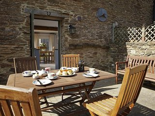 SHEPHERDS COTTAGE, fireplace, garden/terrace, hamlet setting, en suite bedrooms