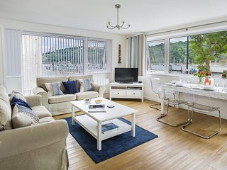 LEESIDE, ground floor flat, central Dartmouth, River views, parking