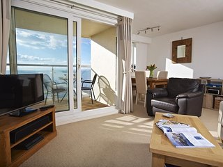 SEASPRAY (THURLESTONE SANDS), large patio areas, on-site swimming pool, sea view