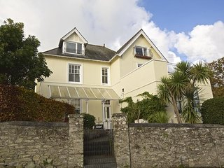 1 HOLMLEIGH, ground floor apartment, furnished garden, close to central Salcombe