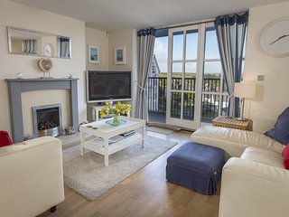 15 COMBEHAVEN, Luxury apartment, estuary view, balcony, wifi