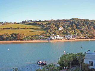 22 THE SALCOMBE, estuary view, communal garden, seasonal heated swimming pool