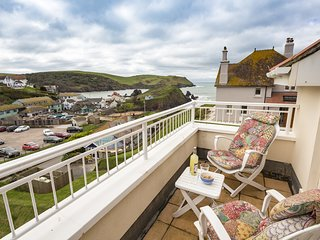 5 CHICHESTER COURT, near beaches, sea views, private balcony, wifi.