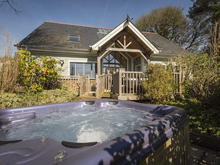 COURT LODGE, luxury five bedroom property in Hillfield Village, private hot tub,