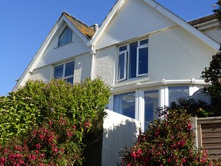 COTTAGE VIEW, pet-friendly, stunning country and sea views, enclosed garden, wal
