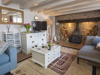 QUAY COTTAGE (DITTISHAM), dog-friendly, riverside setting, river views, terrace