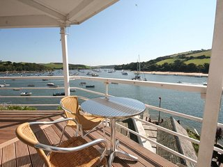 28 THE SALCOMBE, seasonal heated swimming pool, estuary views, secure parking at