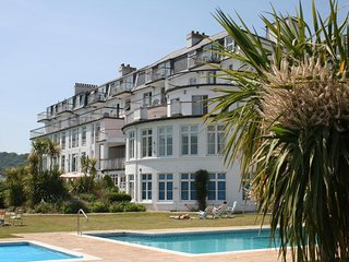 3 THE SALCOMBE, poolside terrace, communal gardens, seasonal outside swimming po