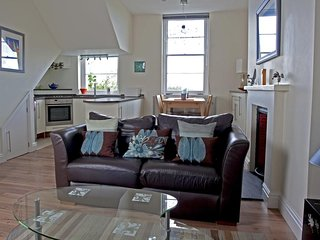 2 ALBANY HOUSE, cosy, modern apartment, en suite bedroom, spacious living area,