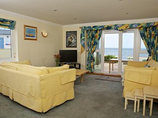 1 THURLESTONE ROCK, beachside apartment, sea views, pet-friendly