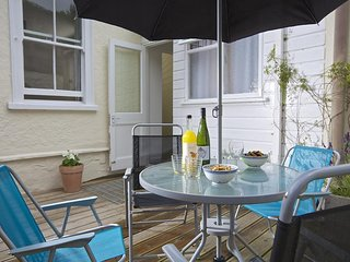 CREW HOUSE, three storey terrace house, close to centre, pet friendly, south fac