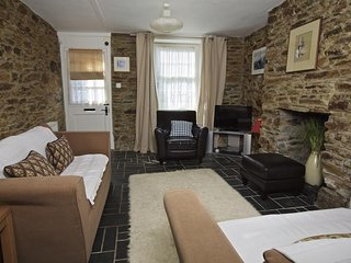 BUMBLEBEE COTTAGE, stone cottage, central Salcombe, close to beaches, wifi.