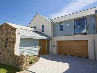 DRIFTWOOD, contemporary detached house, lovely views of Salcombe estuary, short