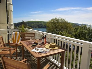 5 GRAFTON TOWERS, close to beaches, near central Salcombe, estuary views, parkin