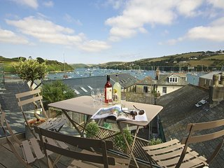 SEAGULL COTTAGE, estuary views, decking, balcony, central Salcombe location,