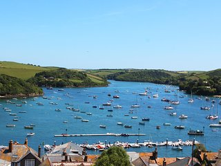 5 GLENTHORNE HOUSE, near central Salcombe, estuary views, wifi, parking.