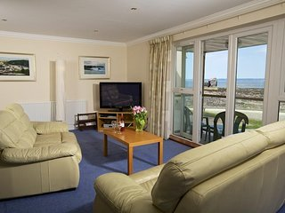 10 THURLESTONE ROCK, beachside apartment, open plan living space, private balcon