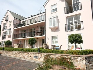 6 COMBEHAVEN, near central Salcombe, views, balcony, open plan, wifi.