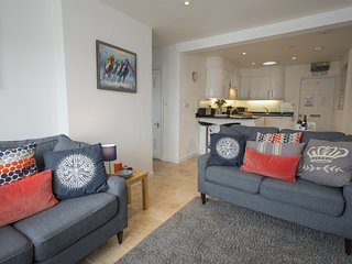 UPPER FERNLEA, dog-friendly, Salcombe setting, near Salcombe town centre, parkin
